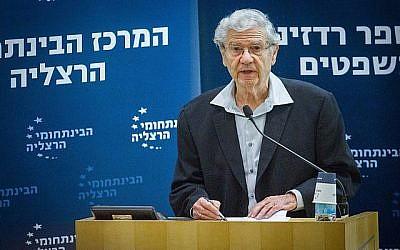 L'ancien juge de la Cour suprême Aharon Barak prend la parole lors d'une conférence au Centre interdisciplinaire de Herzliya le 2 janvier 2018. (FLASH90)