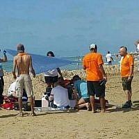 Des secouristes tentent en vain de réanimer un homme qui s'est noyé sur une plage de Tel Aviv le 19 avril 2018. (Magen David Adom)
