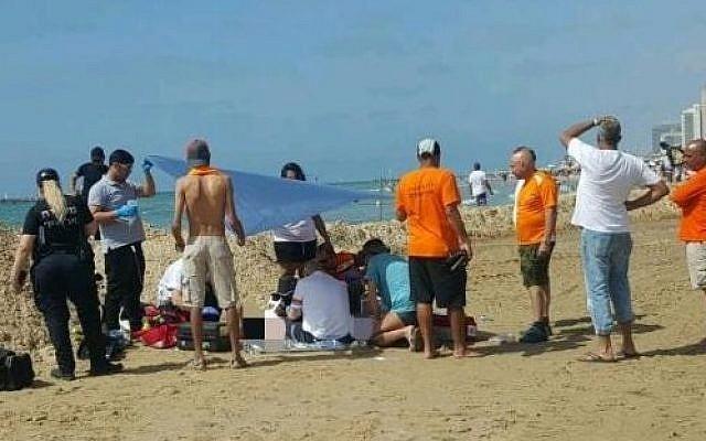 Les secouristes tentent en vain de réanimer un homme qui s'est noyé sur une plage de Tel Aviv le 19 avril 2018. (Magen David Adom)