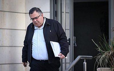 David Bitan, membre Likud de la Knesset et ancien président de la coalition, quitte son domicile pour se rendre à une autre série d'interrogatoires à l'unité Lahav 433 de la police israélienne, le 4 janvier 2018. (Flash90)