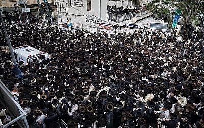 Des juifs ultra-orthodoxes se rassemblent à Kikar Shabbat à Jérusalem pour assister aux funérailles du nourrisson qui s'est noyé à Ashdod, le 5 avril 2018. (Noam Revkin Fenton/Flash90)