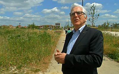 Claude Windish, président de la communauté juive de Bussy Saint Georges devant l'emplacement de la future synagogue de l'Esplanade des religions et des cultures (Crédit: capture d'écran I télé/Youtube)