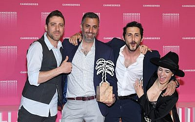 (De gauche à droite) Moshe Ashkenazi, Omri Givon, Tomer Kapon et Ninet Tayeb posent avec le prix de la meilleure série pour 'When Heroes Fly' au 1er Festival International de Cannes au Palais des Festivals le 11 avril 2018 à Cannes, France (Crédit : Pascal Le Segretain / Getty Images)
