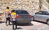Deux ambulanciers dans la ville de Rechasim, dans le nord du pays, où un petit garçon est décédé après avoir été laissé dans une voiture (Capture d'écran : Ynet news)