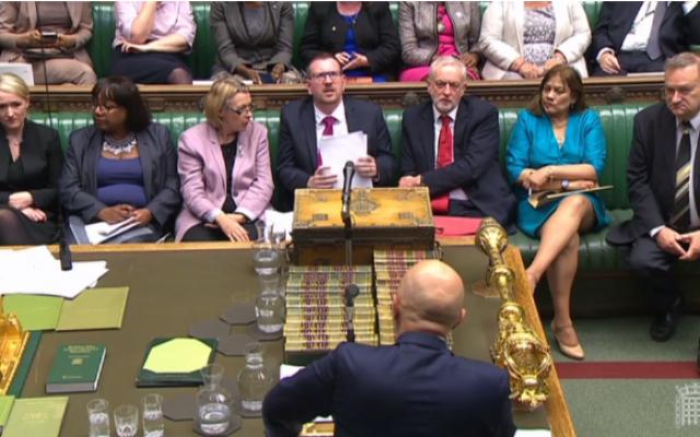 Le dirigeant travailliste Jeremy Corbyn (3e à partir de la droite) lors d'un débat au Parlement britannique sur l'antisémitisme au sein du parti. (Capture d'écran : Parliamentlive.tv)