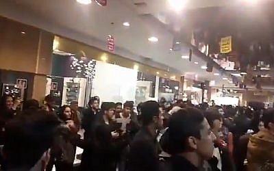 Des milliers de personnes dans un centre commercial de Mashhad, en Iran, durant un concert,le 17 avril 2018. (Crédit : capture d'écran : vidéo Twitter)