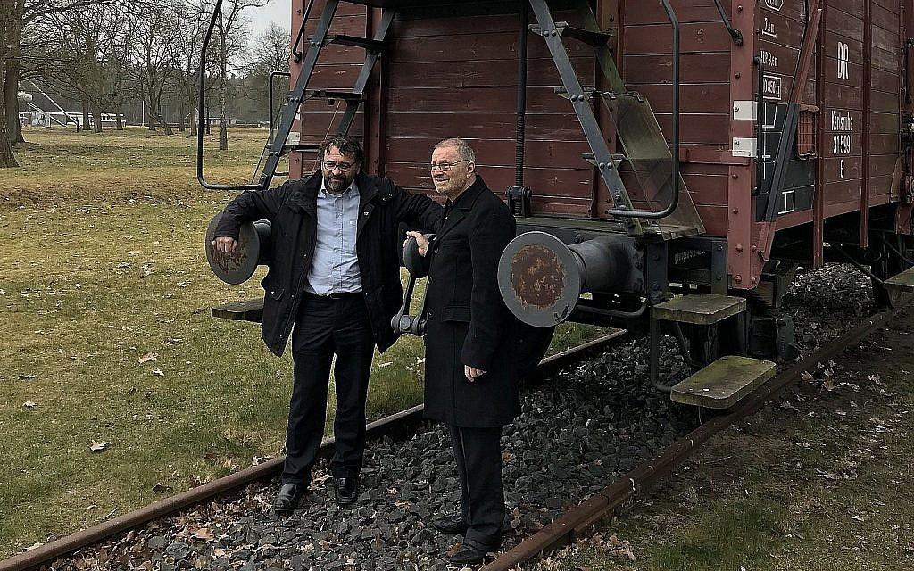 Alan Ehrlich, à droite, parle avec Francesco Latoro à Amsterdam, le 25 mars 2018 (Autorisation : JNF/KKL Royaume-Uni/via JTA)