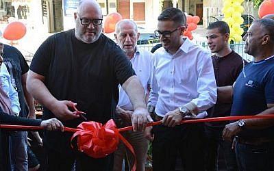 Le restauranteur Moshik Roth (à gauche) coupe le ruban de Huit, sa chaîne de restaurants à huit shekels, à Baka Al Garbiya (Courtoisie Huit)