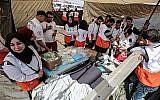 Des secouristes palestiniens se sont installés près de Khan Yunis, à l'est de la ville de Gaza, lors de manifestations à la frontière entre Israël et Gaza, le 6 avril 2018 (Crédit : Photo AFP / SAID KHATIB)