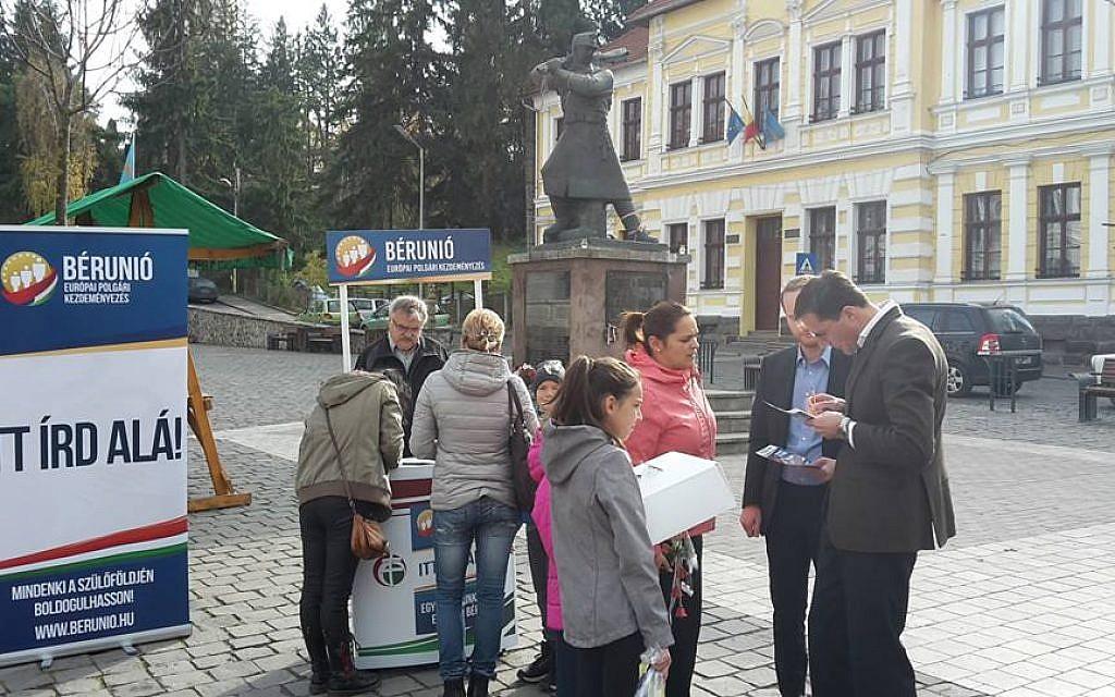 Márton Gyöngyösi recueillant des signatures pour l'initiative Wage Union, une campagne pour un salaire minimum vital en Hongrie à la hauteur de l'Europe de l'Ouest. (Autorisation)