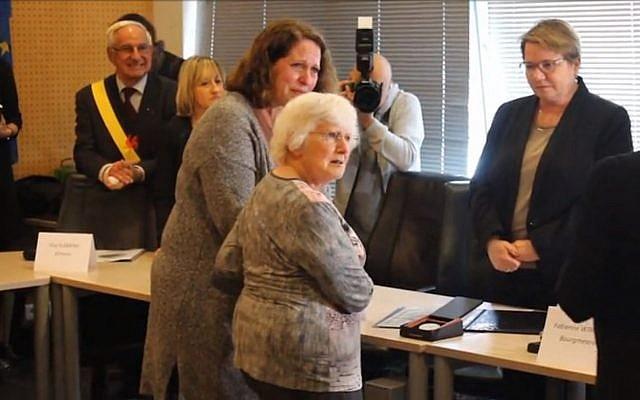 Moment d'émotion entre la fille des Host, le couple de Justes, et une descendante des Slymovic à la mairie de Soignies (Crédit: capture d'écran DHnet)