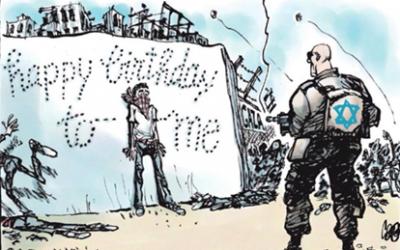 """Une caricature publiée par le journal néerlandais  Volkskrant au mois d'avril 2018 montrant un soldat israélien tuant un Palestinien sur la bande de Gaza, inscrivant avec ses balles """"Bon anniversaire à moi"""", en référence à la journée de l'indépendance israélienne (Autorisation : Centre Simon Wiesenthal"""