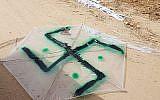 Un cerf-volant marqué d'une croix gammée, a volé à travers la frontière de Gaza en Israël avec un cocktail Molotov, le 20 avril 2018 (porte-parole des FDI)