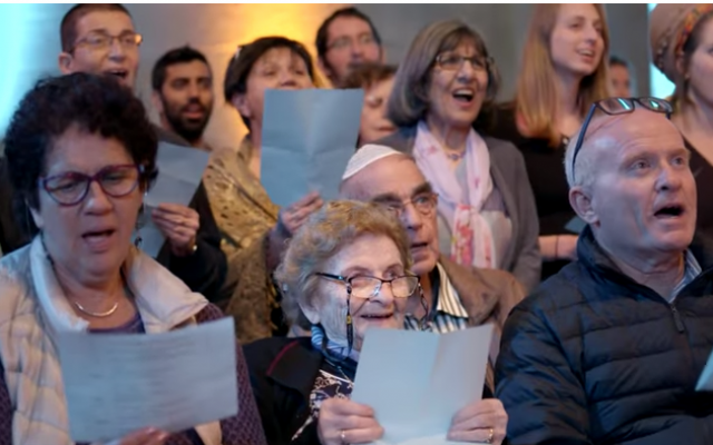 """Des survivants de l'Holocauste et leurs familles se sont réunis à Jérusalem pour chanter ensemble une chanson appelée """"Chai"""", le mot hébreu pour """"vie"""", à l'initiative de l'association Koolulam. (Capture d'écran YouTube)"""