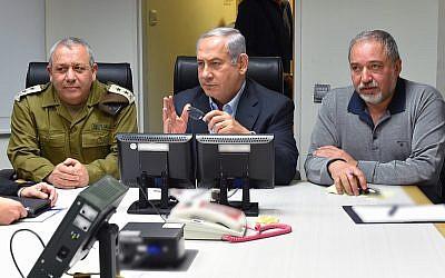 Le Premier ministre Benjamin Netanyahu, au centre, est informé de l'escalade à la frontière nord avec Gadi Eizenkot, chef d'état-major de l'armée israélienne, et le ministre de la Défense Avigdor Liberman, le 10 février 2018. (Crédit : Ariel Hermoni / Ministère de la Défense)