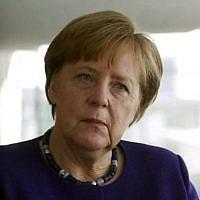 La chancelière allemande Angela Merkel durant une interview accordée à la Dixième chaîne de la télévision israélienne, diffusée le 22 avril 2018. (Crédit : capture d'écran Dixième chaîne)
