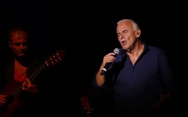 Michel Fugain sur scène, lors d'une causerie  musicale (Crédit: capture d'écran BYSbookyourshow/Youtube)