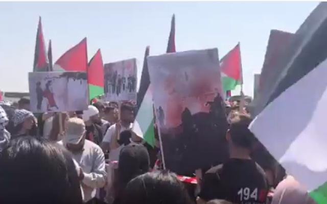 """Des milliers d'Arabes israéliens participent à une """"Marche du retour"""" commémorant la Nakba, dans la ville d'Atlit, au nord d'Israël, le 19 avril 2018. (Capture d'écran Twitter)"""