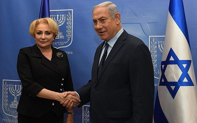 Le Premier ministre Benjamin Netanyahu et son homologue roumaine Viorica Dancila à la résidence du Premier ministre, à Jérusalem, le 25 avril 2018. (Crédit : Haim Zach/GPO)