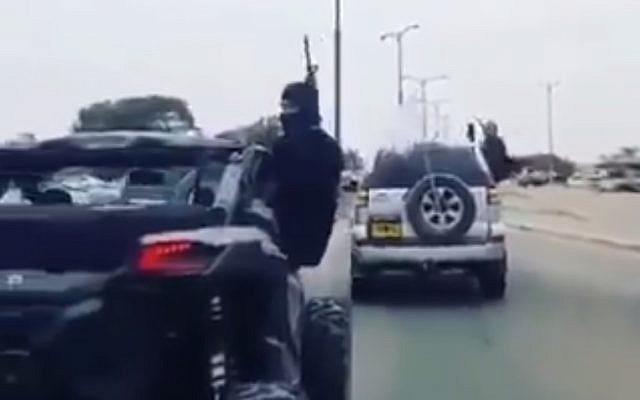 Capture d'écran d'une vidéo montrant des Bédouins tirant à l'aide de fusil M-16 lors d'un mariage, le 20 avril 2018 (Capture d'écran)