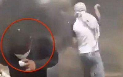 Capture d'écran d'une vidéo montrant un émeutier palestinien blessant accidentellement un manifestant avec son lance-pierre alors qu'il visait les forces de sécurité israéliennes à la frontière avec la bande de Gaza, 27 avril 2018. (Twitter)