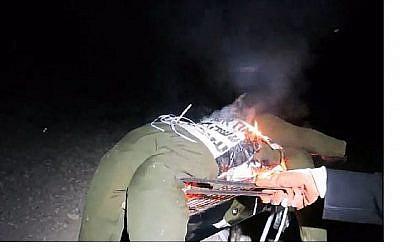 Capture d'écran d'une vidéo montrant un homme grillant au barbecue un mannequin vêtu de l'uniforme d'un soldat de Tsahal. (Hadashot news)