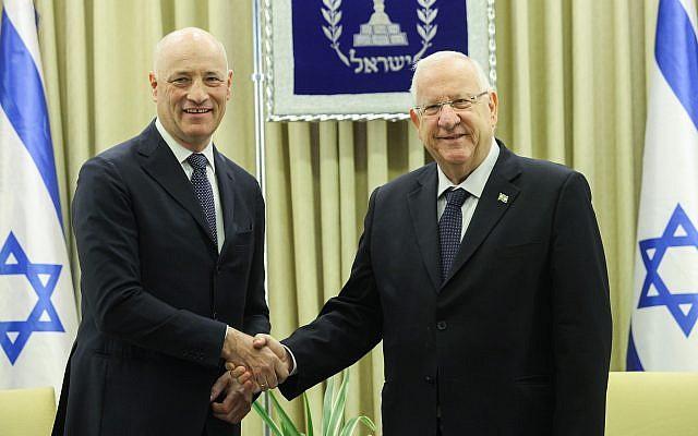 Le président israélien Reuven Rivlin (à droite) assiste à une cérémonie en l'honneur du nouvel ambassadeur autrichien en Israël, Martin Weiss, à la résidence du président à Jérusalem, le 1er février 2016. (Issac Harari/Flash90)