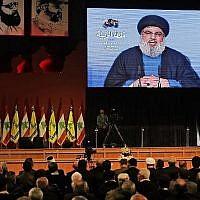 Le chef du Hezbollah Hassan Nasrallah prononce une discours lors des funérailles de l'un des leaders du groupe terroriste à Beyrouth, le 16 février 2018. (AFP Photo/Joseph Eid)