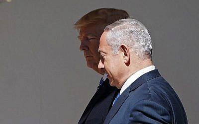 Le président américain Donald Trump et le Premier ministre  Benjamin Netanyahu se dirigent vers le Bureau ovale pour une rencontre à la Maison Blanche, le 5 mars 2018 (Crédit :AFP Photo/Mandel Ngan)