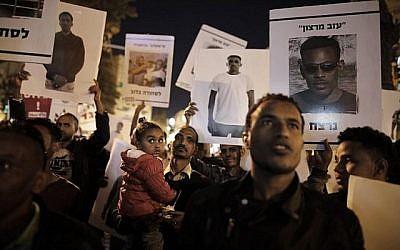 Des migrants africains et leurs soutiens manifestent à Jérusalem le 4 avril 2018 contre l'annulation par le Premier ministre Benjamin Netanyahu d'un accord avec l'ONU visant à éviter les expulsions forcées de milliers de migrants africains. (AFP/Menahem Kahana)