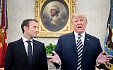 Le président français Emmanuel Macron (à gauche) écoute le président américain Donald Trump dans le bureau ovale avant une réunion au cours d'une visite d'État à la Maison-Blanche le 24 avril 2018 à Washington, DC. (AFP PHOTO / Brendan Smialowski)