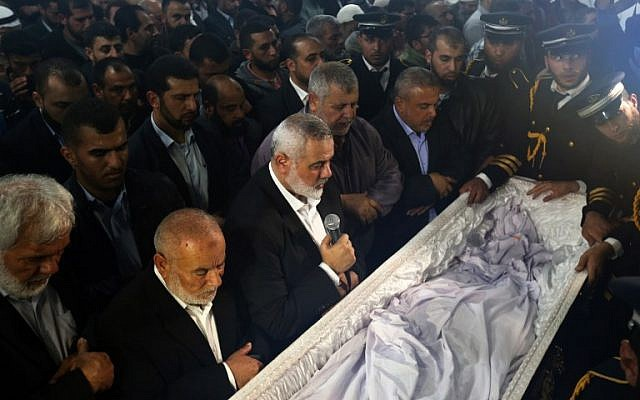 Le dirigeant du Hamas Ismail Haniya (3G) prie devant le cercueil contenant le corps du scientifique palestinien Fadi al-Batsh, abattu en Malaisie, après que son corps a été rendu à sa bande de Gaza natale le 26 avril 2018, pour ses funérailles dans la ville de Jabalia, au nord de l'enclave palestinienne. Batsh, un membre du mouvement islamiste du Hamas, a été abattu alors qu'il se rendait à une mosquée de Kuala Lumpur pour la prière du matin le 21 avril 2018. (MOHAMMED ABED / AFP)