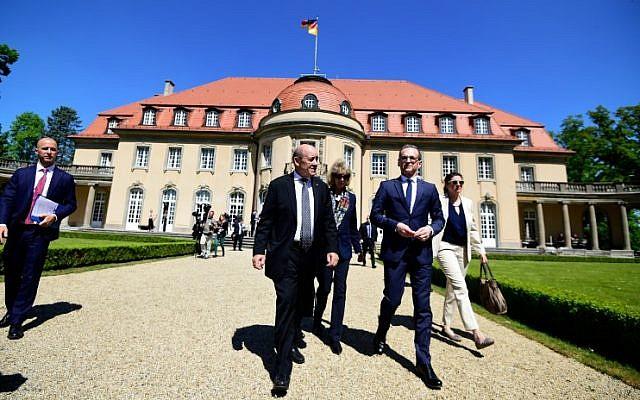 Le ministre des Affaires étrangères allemand Heiko Maas (deuxième à partir de la droite), son homologue français ) Jean-Yves Le Drian (deuxième à partir de la gauche) à au ministère des Affaires étrangères à Berlin, le 7 mai 2018. (Crédit : AFP / Tobias SCHWARZ)