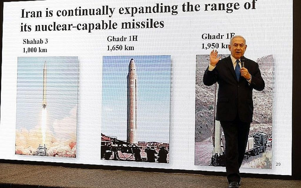 Le Premier ministre Benjamin Netanyahu donne un discours sur les preuves acquises, selon lui, par Israël des mensonges de l'Iran sur son programme nucléaire depuis le ministère de la Défense de Tel Aviv, le 30 avril 2018 (Crédit : AFP Photo/Jack Guez)