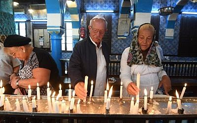 Des pèlerins juifs prennent part à un pèlerinage annuel à la synagogue de la Ghriba, à Djerba, e Tunisie, le 2 mais 2018. (FETHI BELAID / AFP)