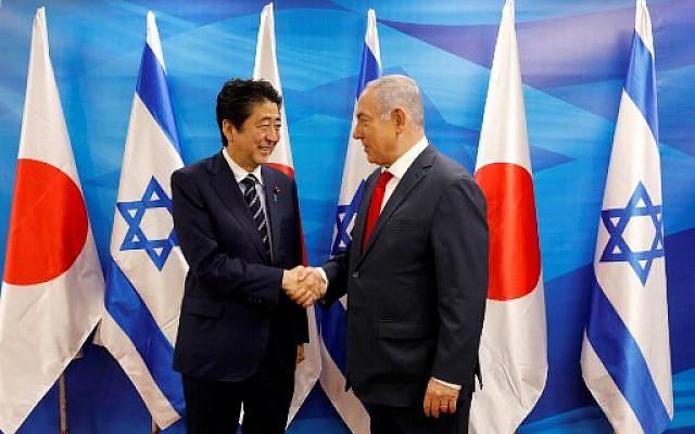Le Premier ministre israélien Benjamin Netanyahu et son homologue japonais Shinzo Abe au bureau du Premier ministre, à Jérusalem, le 2 mai 2018. (Crédit : AFP / POOL / Abir SULTAN)