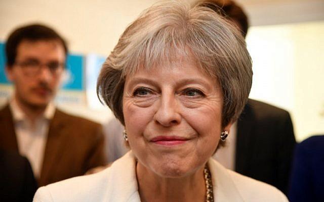Le Premier ministre britannique Theresa May durant une visite à Barnet, au nord de Londres après la victoire des Conservateurs aux élections locales, le 4 mai 2018.  (Crédit : AFP / POOL / TOBY MELVILLE)