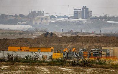 Les soldats de l'armée israélienne positionnés le long de la frontière avec Gaza à proximité du kibboutz de Nahal Oz, dans le sud d'Israël, le 4 mai 2018 (Crédit :  AFP PHOTO / AHMAD GHARABLI)