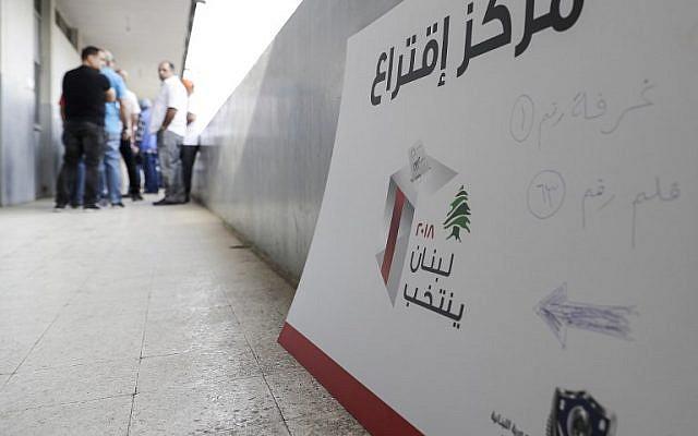 Des électeurs libanais arrivent pour voter lors des premières élections législatives en neuf ans, à Byblos, dans le nord du pays, le 6 mai 2018 (Crédit :  / AFP PHOTO / Joseph EID