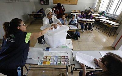 Un bureau de vote à Tripoli, au Liban, le 6 mai 2018. (Crédit : AFP/ MARWAN TAHTAH)