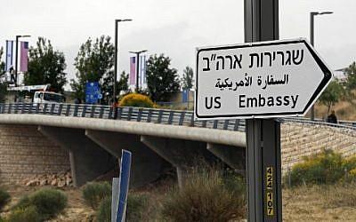 Nouveau panneau de signalisation indiquant la direction de la nouvelle ambassade américaine, à Jérusalem, le 7 mai 2018. (Crédit : AFP / THOMAS COEX)