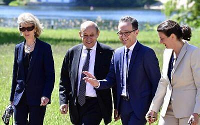 Le ministre des Affaires étrangères allemand Heiko Maas (deuxième à partir de la droite), son homologue français ) Jean-Yves Le Drian (deuxième à partir de la gauche) à Berlin, le 7 mai 2018. (Crédit : AFP / Tobias SCHWARZ