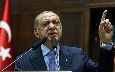 Le président de la Turquie et le chef du Parti de la justice et du développement (APK) Recep Tayyip Erdogan prononce un discours lors de la réunion du groupe parlementaire du Parti AKP à la Grande Assemblée nationale de Turquie (TBMMM) à Ankara le 8 mai 2018. (Crédit : AFP/Adem Altan)