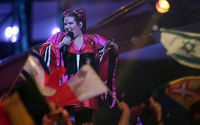 Netta Barzilai, candidate d'Israël à l'Eurovision 2018, a chanté la chanson 'Toy', le 8 mai 2018, à Lisbonne (AFP PHOTO / FRANCISCO LEONG)