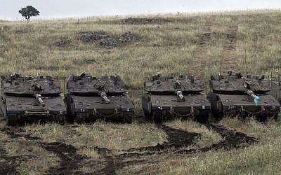 Des chars israéliens Merkava Mark IV prennent position près de la frontière syrienne sur le plateau du Golan le 9 mai 2018. (AFP PHOTO / JALAA MAREY)