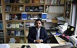Le directeur de Human Rights Watch pour Israël et la Palestine, Omar Shakir, un citoyen américain, est assis dans son bureau dans la ville de Ramallah, en Cisjordanie, le 9 mai 2018. (ABBAS MOMANI/AFP)