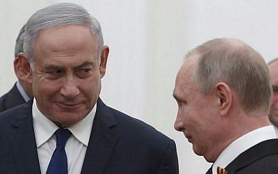 Le président russe Vladimir Poutine avec le Premier ministre israélien Benjamin Netanyahu, au Kremlin à Moscou, le 9 mai 2018. (Crédit : SERGEI ILNITSKY/AFP)