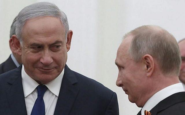 Le président russe Vladimir Poutine (à droite) avec le Premier ministre israélien Benjamin Netanyahu, au Kremlin à Moscou, le 9 mai 2018. (Crédit : SERGEI ILNITSKY/AFP)