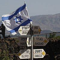 Un drapeau israélien placé sur le mont Bental sur le plateau du Golan, le 10 mai 2018 (Crédit :  AFP PHOTO / JALAA MAREY)