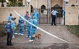 Les enquêteurs de police réunis à l'entrée de la mosquée de l'Imam Hussain dans les faubourgs de Durban après une attaque qui a fait un mort et deux blessés, le 10 mai 2018 (Crédit : AFP PHOTO / RAJESH JANTILAL)